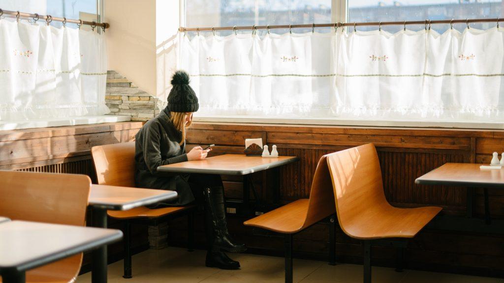 dziewczyna w restauracji sama przy stoliku