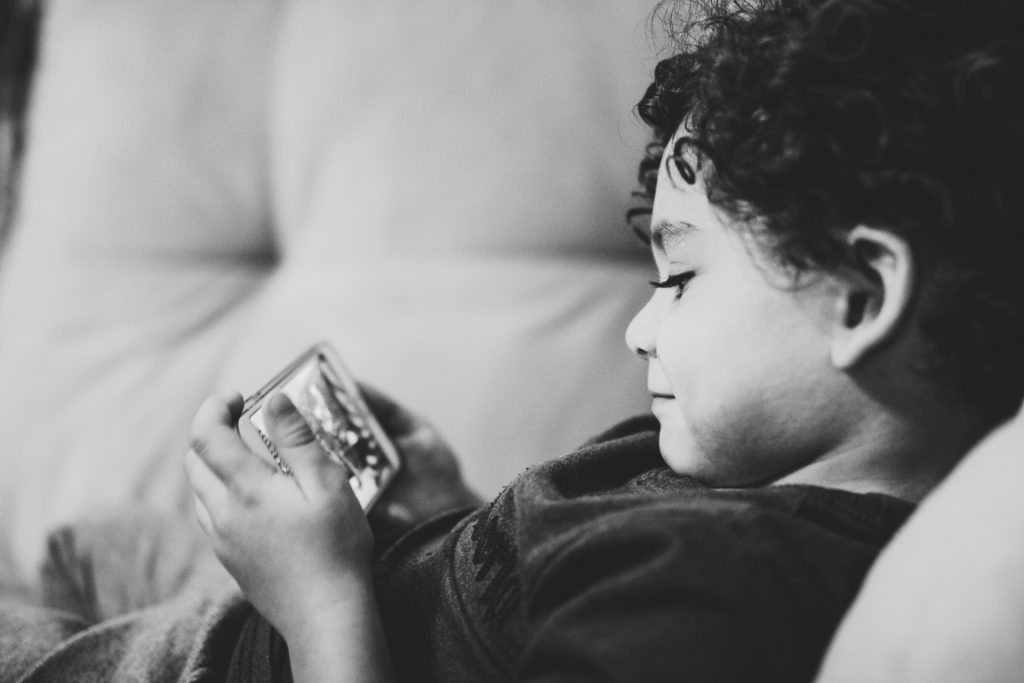 dziecko używa smartfona