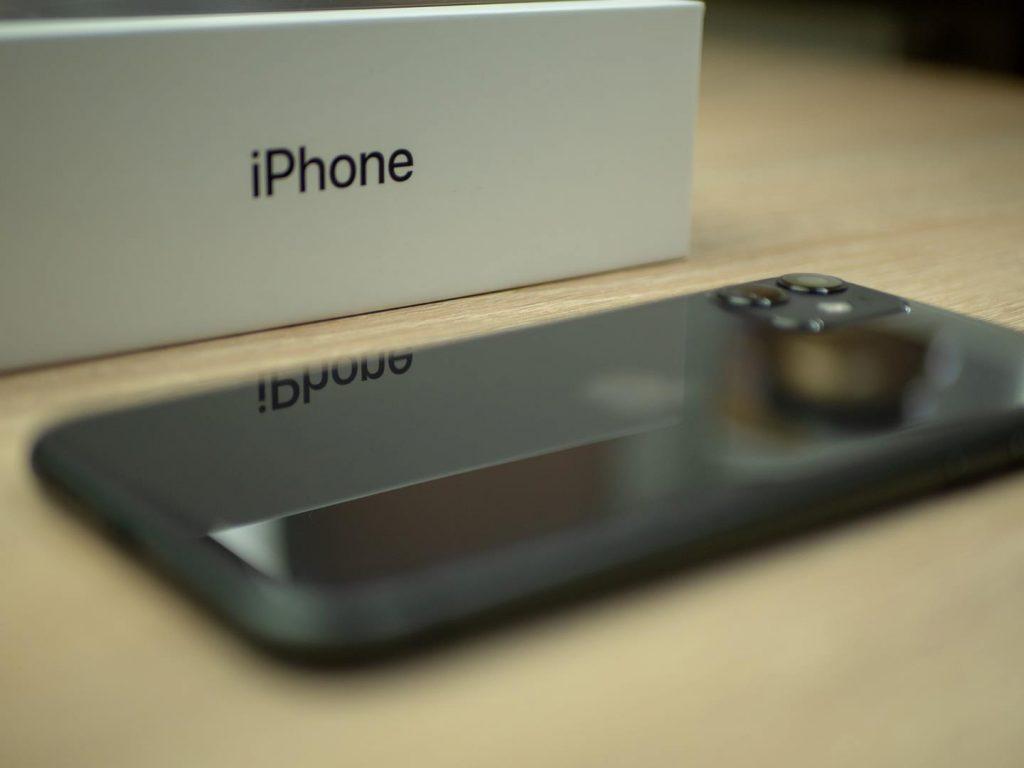 iphone 11 obok pudełka